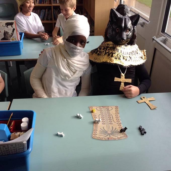 Moderní verzi hry si vyzkoušely i děti z křesťanské školy svatého Vincence z Pauly v britském Stevenage