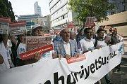 Protesty proti procesu s novináři před budovou soudu v Istanbulu