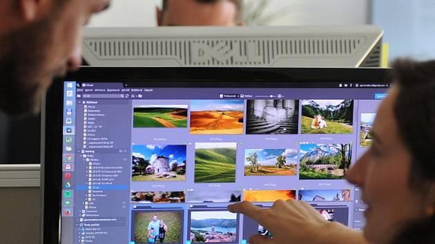 Pracovnice brněnské IT společnosti ZONER software předvádí na monitoru nedávno vydanou verzi 18 Zoner Photo Studia.