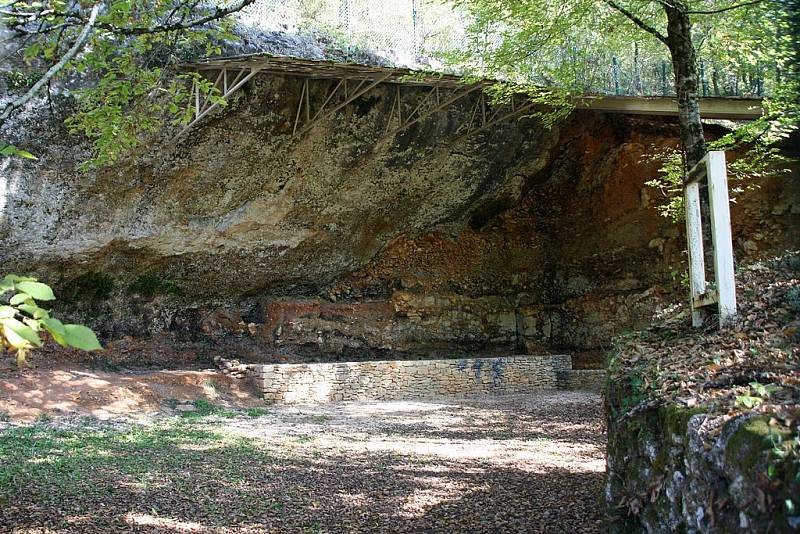 V jeskyni La Ferrassie se našlo v průběhu uplynulých desítek let již několik neandertálských ostatků i dalších předmětů spojených s těmito pravěkými lidmi