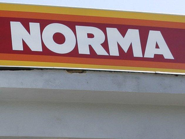 Vývěsní tabule obchodního řetězce Norma.