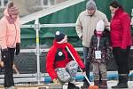 Dobrovolníky v červených bundách ČOV potkáte na sportovních stanovištích.