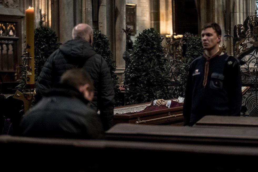 Lidé se přicházeli rozloučit se zesnulým kardinálem Miloslavem Vlkem 23. března do katedrály sv. Víta v Praze.