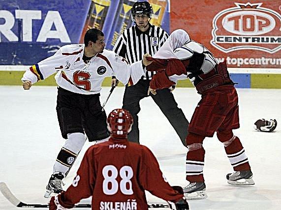 Francouzský reprezentant Sasha Treille poslal v bitce drsným hákem k zemi slávistu Jiřího Vašíčka.