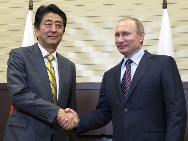 Japonský premiér Šinzó Abe po dnešním jednání s ruským prezidentem Vladimirem Putinem v jihoruském Soči prohlásil, že se dohodli na vyřešení letitého sporu obou zemí o jižní část Kurilského souostroví.