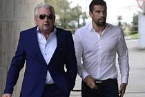 Milan Baroš (vpravo) dorazil na jednání disciplinární komise s agentem Pavlem Paskou