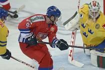 Dominik Simon bojuje před švédskou brankou.