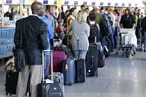 Cestující na letišti. Ilustrační foto