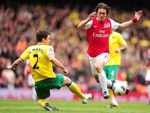Tomáš Rosický z Arsenalu (vpravo) a Russell Martin z Norwiche.
