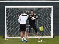 Petr Čech dostává na tréninku Chelsea do těla. Krotí míče i tenisáky.