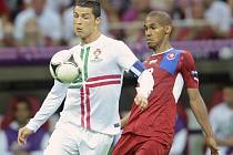 Theodor Gebre Selassie (vpravo) a Cristiano Ronaldo z Portugalska.