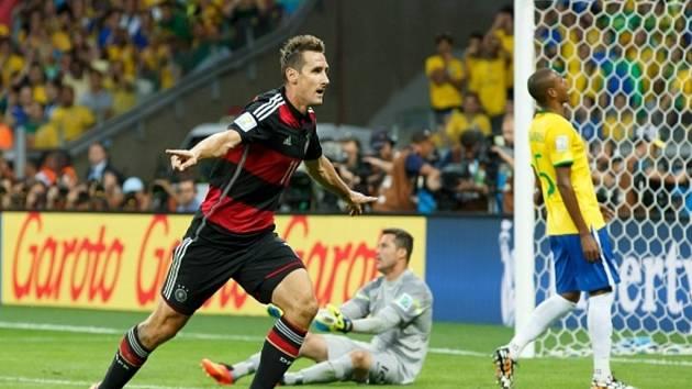 Miroslav Klose z Německa dal proti Brazílii šestnáctý gól a stal historicky nejlepším střelcem světových šampionátů.