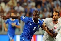 Tomáš Sivok (vpravo) se snaží znepříjemnit pobyt na hřišti střelci Itálie Mariu Balotellimu.