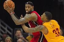 Miami dokázalo obrátit zápas s Clevelandem. Na snímku Lebron James (vlevo) a bránící Alonzo Gee