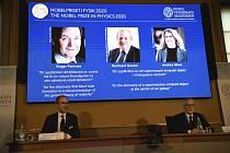 Na obrazovce jsou ocenění Nobelovou cenu za fyziku (zleva) Roger Penrose, Reinhard Genzel a Andrea Ghezová