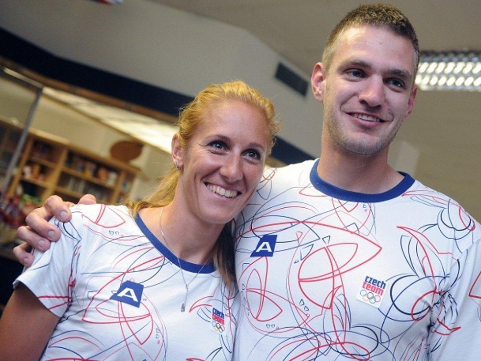Skifaři Miroslava Knapková a Ondřej Synek před odletem na olympijské hry v Londýně.