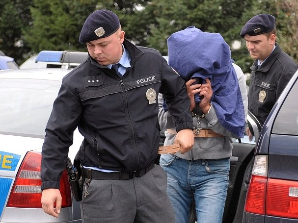 Policisté vedou k soudu muže, kterého 14. září zlínští kriminalisté jako druhého obvinili v kauze pančovaného alkoholu.