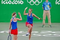 Lucie Šafářová (vlevo) a Barbora Strýcová se radují z vítězství nad Andreou Hlaváčkovou a Lucií Hradeckou.