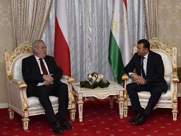 Prezident ČR Miloš Zeman (vlevo) se sešel 26. listopadu v Dušanbe s tádžickým premiérem Kohirem Rasulzadem.