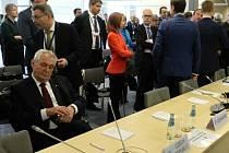 Český prezident Miloš Zeman (sedící) 22. května v lotyšské Rize před začátkem summitu Východního partnerství.