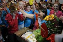 Držitelka Zlatého Ámose 2010 Martina Čiklová z MŠ a ZŠ Ostrčilova v Moravské Ostravě se dělí o radost z vítězství se svými žáky po vyhlášení výsledků ankety o nejpopulárnějšího učitele, jejíž finále proběhlo v Praze.