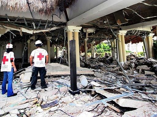 Výbuch způsobený patrně nahromaděním plynu zabil v hotelovém komplexu v mexickém letovisku Playa del Carmen sedm lidí a dalších patnáct zranil.