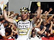 Mark Cavendish se raduje z vítězství v 21. etapě Tour, celkově šesté v letošním ročníku.