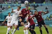 Tomáš Kalas (č. 6) a Tomáš Souček (č. 15) se pokoušejí hlavičkovat na dánskou bránu.