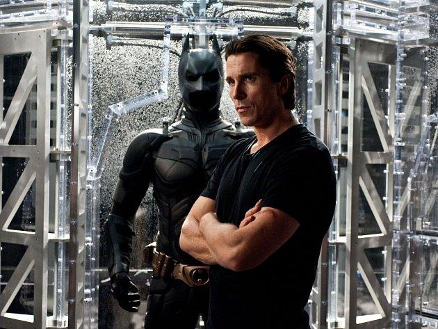 Batmanský film Temný rytíř povstal se ihned po uvedení dostal do čela návštěvnosti tuzemských kin.