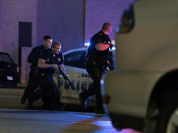 Nejméně dva střelci zabili v Dallasu čtyři policisty a dalších sedm zranili. Střelba nastala během jinak poklidné čtvrteční demonstrace proti policejnímu násilí na černoších.