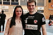 Florbalisté Matěj Jendrišák a jeho milá Radka Topičová hrají v Linköpingu už třetí sezonu. Ona je jedinou cizinkou v týmu, on patří k nejzářivějším osobnostem Superligy, nejkvalitnější ligové soutěže světa.