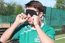Jak se hraje fotbal nevidomým? Vyzkoušel si to i bývalý reprezentační obránce Zdeněk Grygera.