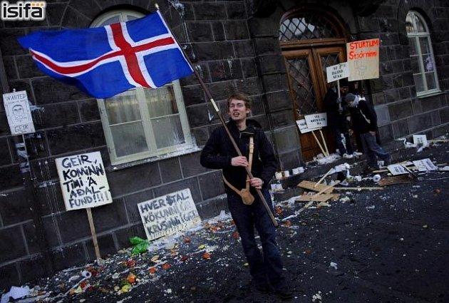 Tisíce demonstrantů vyšly v sobotu do ulic islandské metropole. Cílem protestů je odstoupení premiéra Geira Haardeho a guvernéra Centrální banky Davida Oddssona.