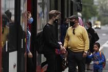 Lidé s rouškami u pražské tramvaje na snímku z 1. září 2020.
