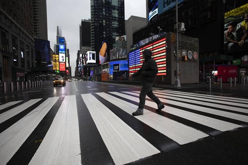 Pandemie koronaviru vyprázdnila i náměstí Times Square v centru New Yorku.