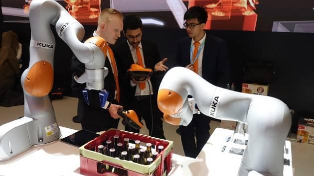 Roboti Kuka, které umí otevřít pivo a přelít jej do sklenice. Většinový podíl v německé firmě již převzali Číňané.