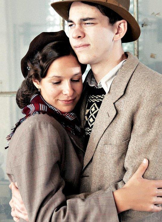 Anička a Vašek (Veronika Kubařová a Marek Adamczyk) ve filmu Lidice.