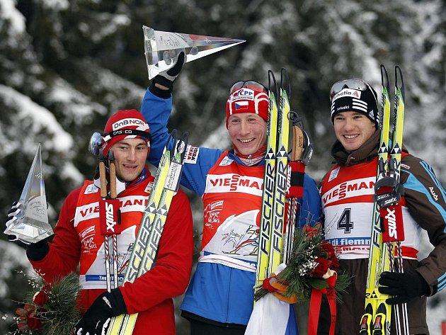 Lukáš Bauer (uprostřed) vyhrál podruhé v kariéře slavný seriál Tour de Ski, když dokázal porazit druhého Pettera Northuga (vlevo) a Dario Colognu.