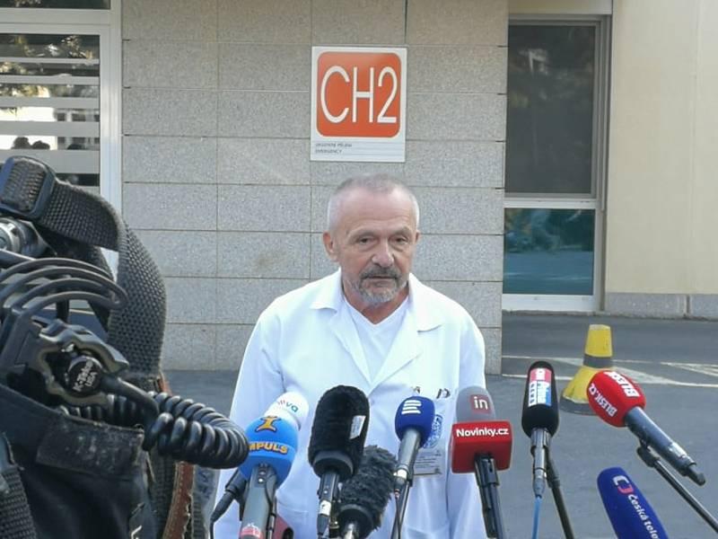 Miroslav Zavoral, ošetřující lékař Miloše Zemana a ředitel ÚVN, na krátké tiskové konferenci po hospitalizaci prezidenta.