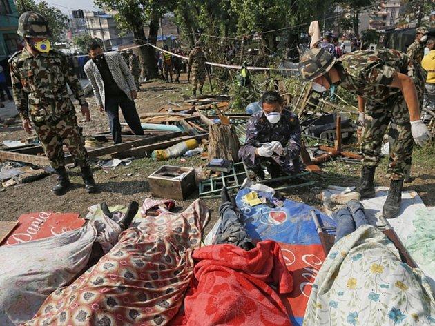 Obětem zemětřesení v Nepálu pomůže český zdravotnický tým. Jeho vyslání na dnešním zasedání odsouhlasila vláda.