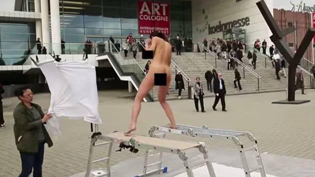 Na festivalu Art Cologne v Kolíně nad Rýnem vytvořila umělkyně Milo Moiré obraz vlastní vagínou.