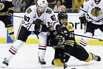 Chicagský Michael Frolík (vlevo) během finále Stanley Cupu proti Bostonu.