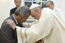 Papež František křtí Lee Ho Jin, otce jednoho z dětí, které zemřely v Jižní Koreji při dubnové katastrofě trajektu.