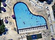 Bazén ve tvaru klavíru