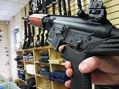 Zbraň s namontovaným bump-stockem. Ten umožňuje velmi rychle a dlouho pálit