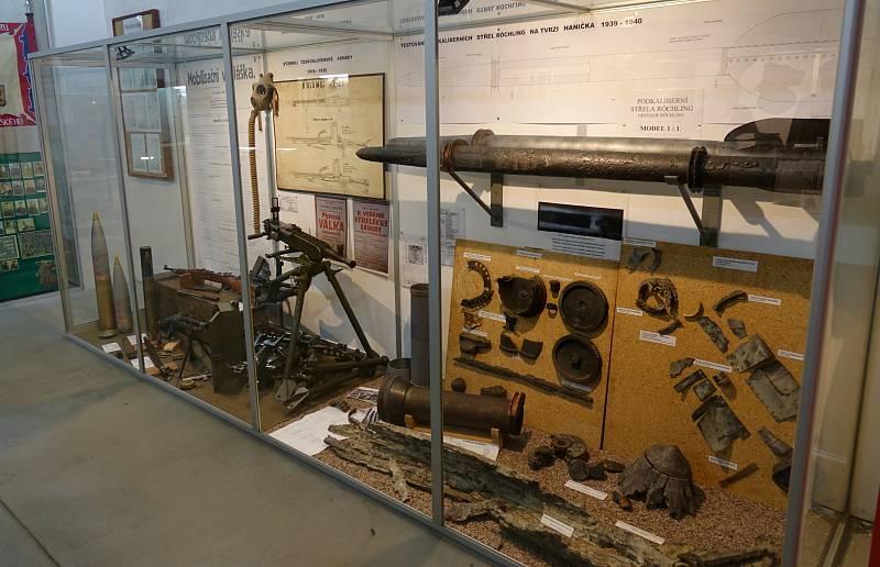 V expozici pevnosti Hanička je k vidění mimo jiné jediná u nás vystavovaná originální testovací střela Röchling ráže 150 milimetrů spolu s ojedinělými komponenty ze střely ráže 210 mm