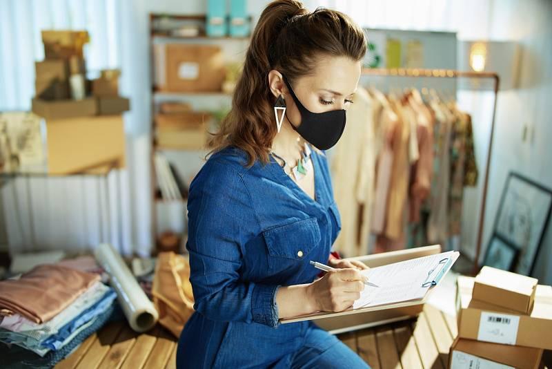 Respirátor si lze sundat, v případě, že na pracovišti vykonáváte práci na jednom místě.