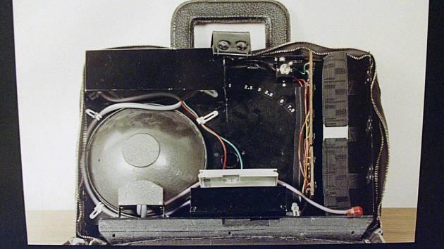 Odposlouchávací zařízení StB ukryté v aktovce, vystavené v Českém centru v Moskvě v roce 2003