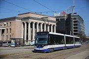 Tramvaj od společnosti Škoda Transportation v lotyšské Rize.