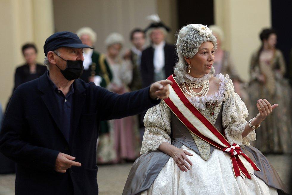 Robert Dornhelm a představitelka hlavní role, německá herečka Ursula Strauss, která představuje závěrečné období života panovnice Marie Terezie.